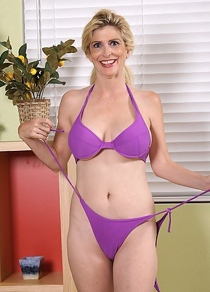 MILF Bikini Porn Pictures